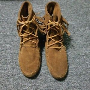 Minnetonka women's brown leather shingle boots